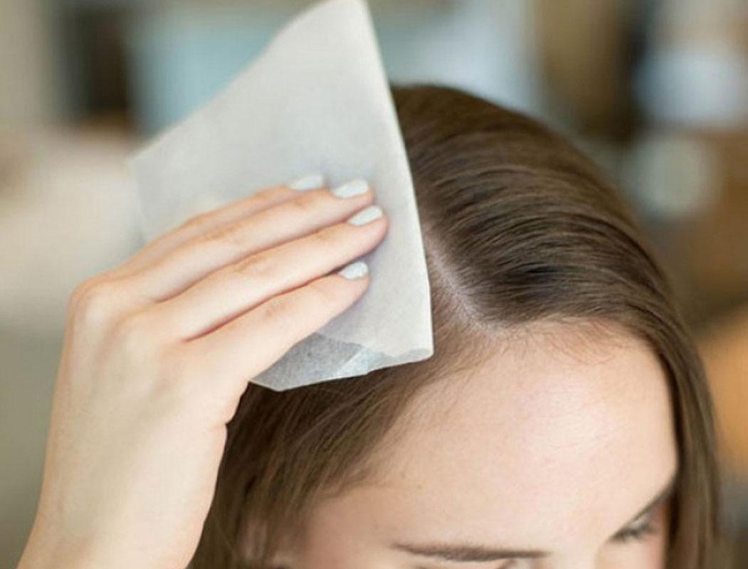 Dùng giấy thấm dầu trước khi đội mũ bảo hiểm