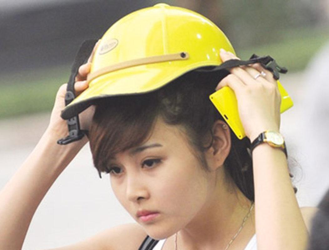 Tóc bị xẹp khi đội mũ bảo hiểm
