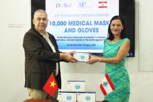 Tổ chức từ thiện tại Việt Nam trao tặng 10,000 khẩu trang và găng tay y tế cho các bệnh viện tại thủ đô Beirut
